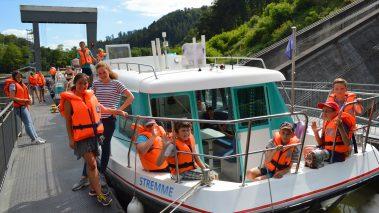 junge Menschen auf einem Hausboot vetus