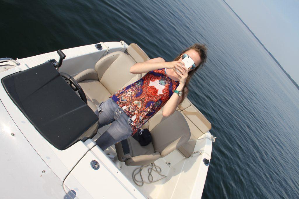 Azubi von Kuhnle-Tours mit einem Sportboot unterwegs auf der Müritz