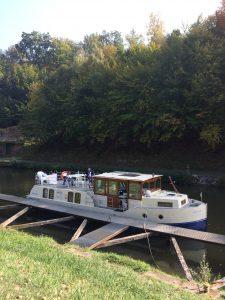 Anlegen an einem Steg mit dem Hausboot