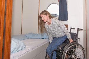 Vom Rollstuhl  aufs Bett, durch ausreichend Platz und angenehmer Sitzhöhe auf dem Hausboot.