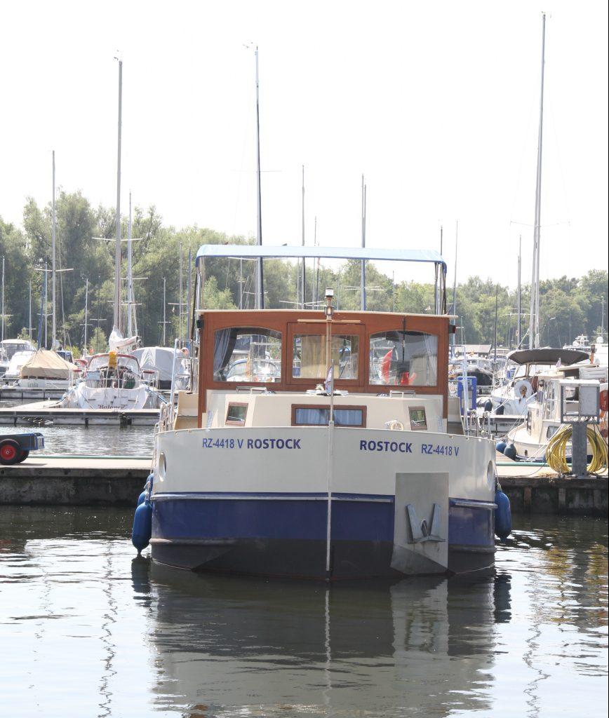 Hausboot Kormoran in der Marina im Hafendorf Müritz