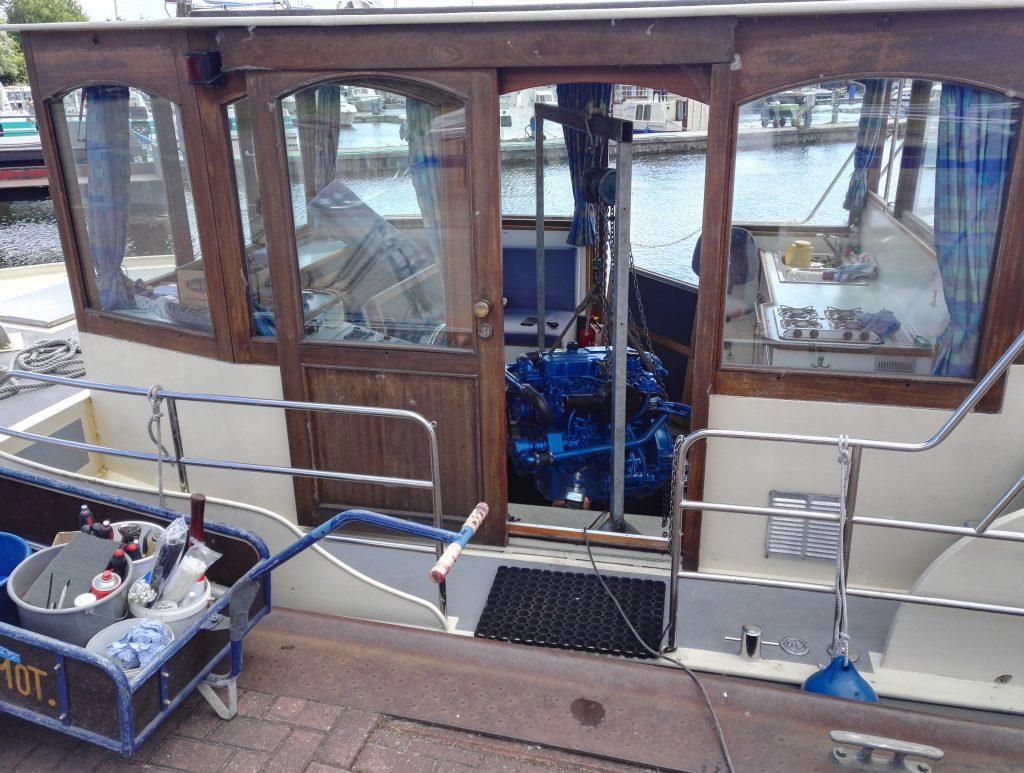 Neuer Motor für ein Hausboot - Reperatur