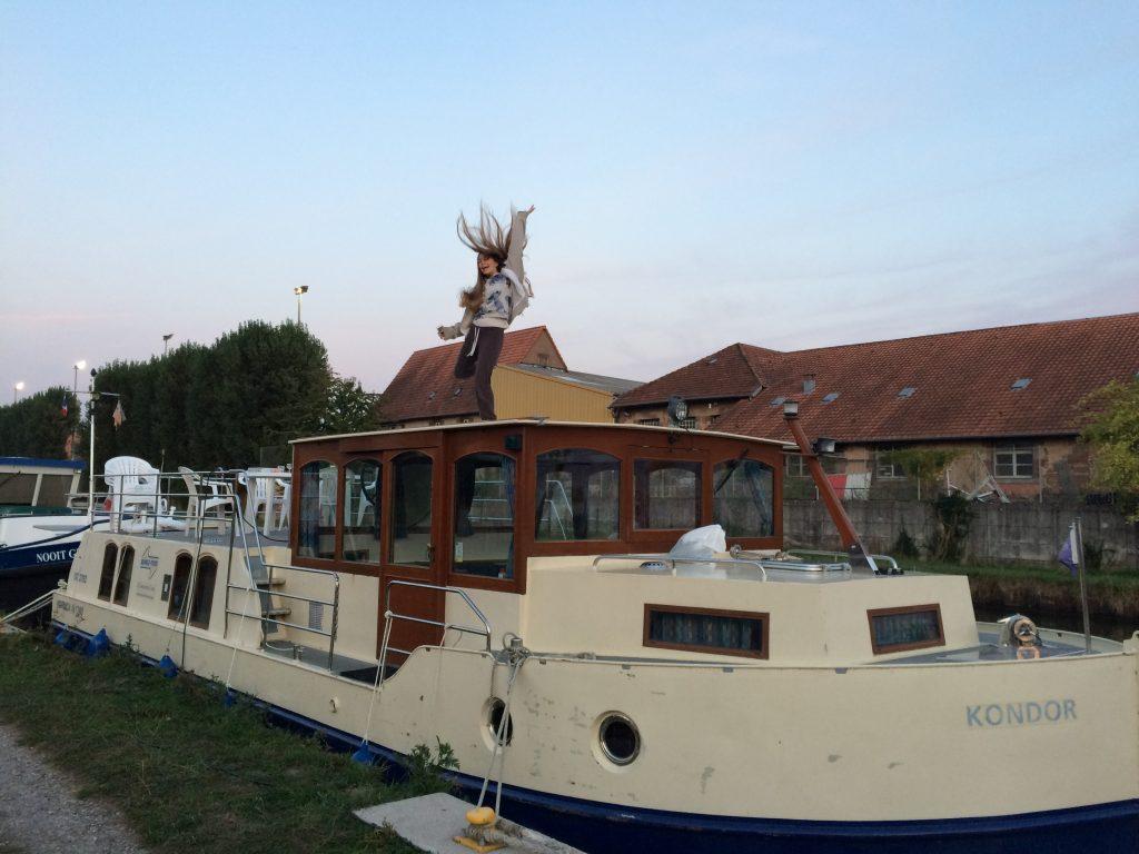 Mit dem Hausboot anlegen und vom Board gehen - Kormoran 1280 in Frankreich.