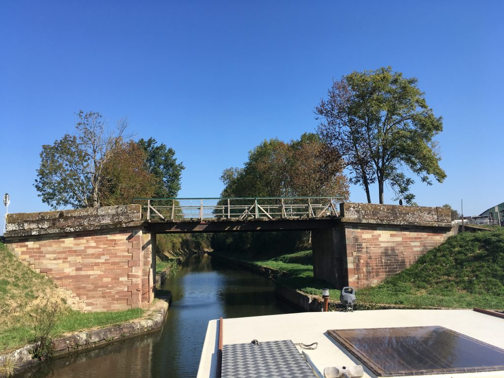 Hausboot unterwegs auf dem Rhein-Marne-Kanal