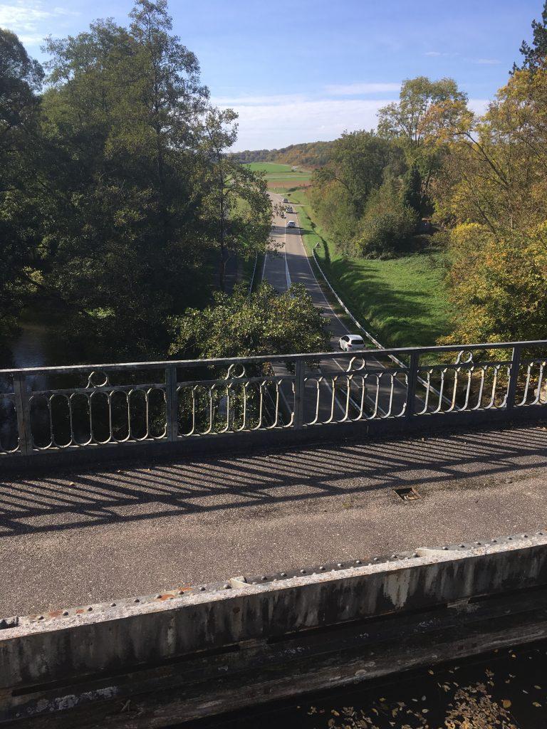 Mit dem Hausboot in eine Kanalbrücke über eine Landstraße