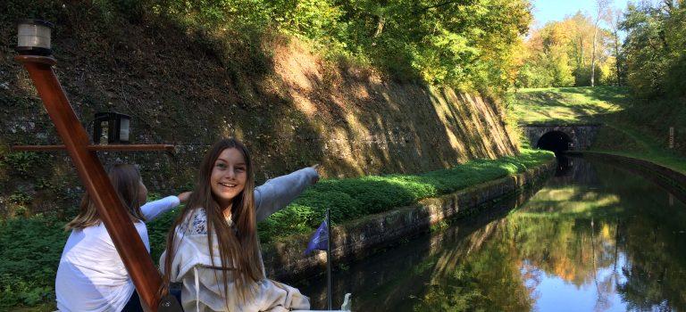 Familie auf Herbsttörn in Frankreich