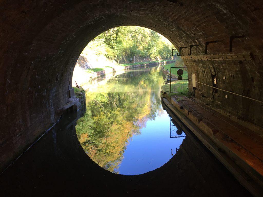 Mit dem Hausboot durch den Tunnel.