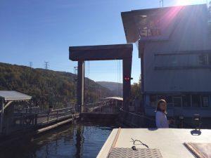 Vorhafen den Schiffshebewerk mit dem Hausboot.