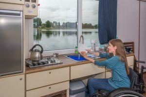 Mit dem Rollstuhl in der Küche: das Hausboot ist geräumig.