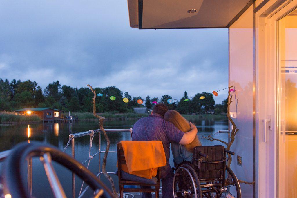 Hausboot am Abend. Barrierefreier Urlaub geht zu Ende.