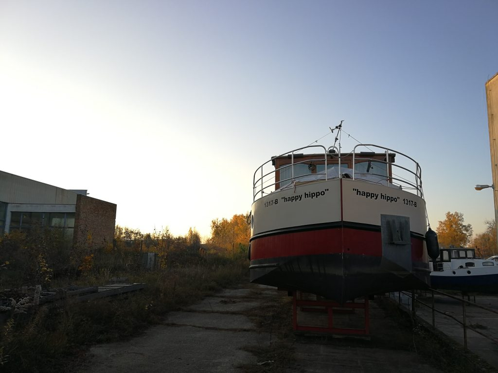 Hausboot im Winterlager