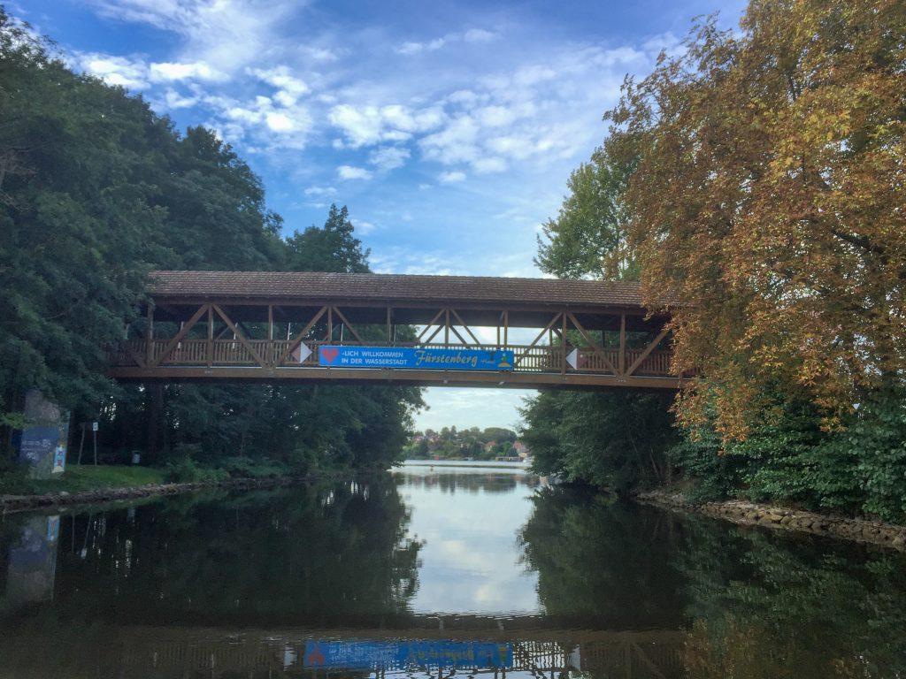 Barrierefrei mit dem Hausboot unter Brücken durch fahren.