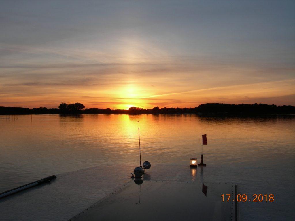 Sonnenuntergang vom Hausboot auf der Müritz